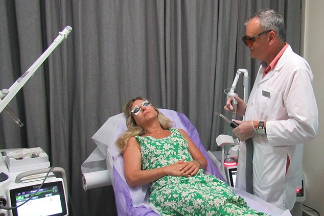 טיפול בפוטונה 4D, מכשור מתקדם וללא חומרים (צילום: FOTONA)