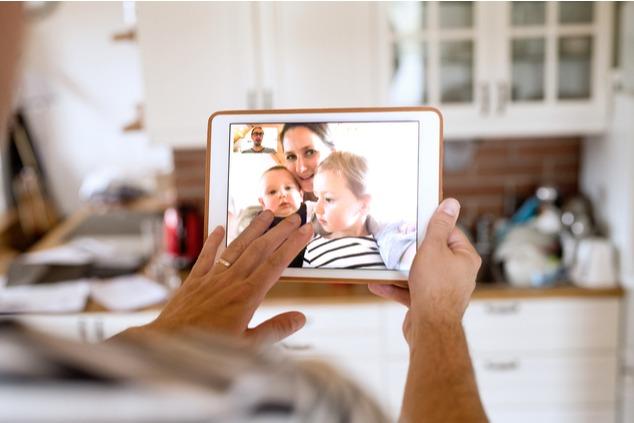 כדאי לשמור על קשר רציף בשיחות וידיאו (צילום: שאטרסטוק / Halfpoint)