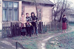 בתמונה רואים אותי ואת אימי וסבתי ליד הבית שבעיירה חלם, פולין בשנת 1986