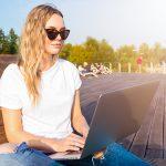 בחורה עם מחשב נייד
