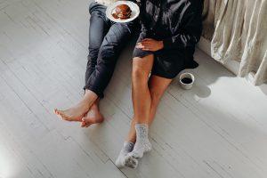 רגליים של שני אנשים