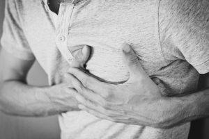 אדם מחזיק את הלב