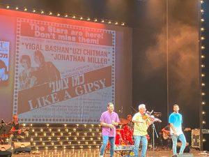 מימין לשמאל: ברק ביטון, יונתן מילר וציון חורי בשיר כמו צועני כמחווה לכמו צועני. צילום: מיכל ליבר-רונן