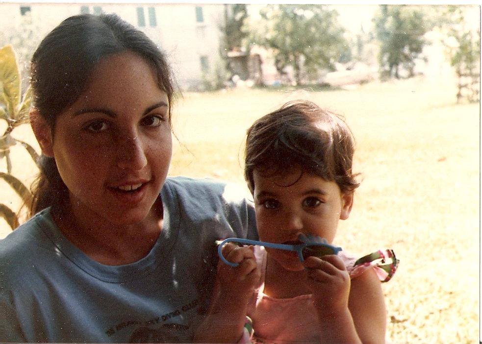 אני הקטנה עם אחותי הגדולה. קרדיט צילום: אמא