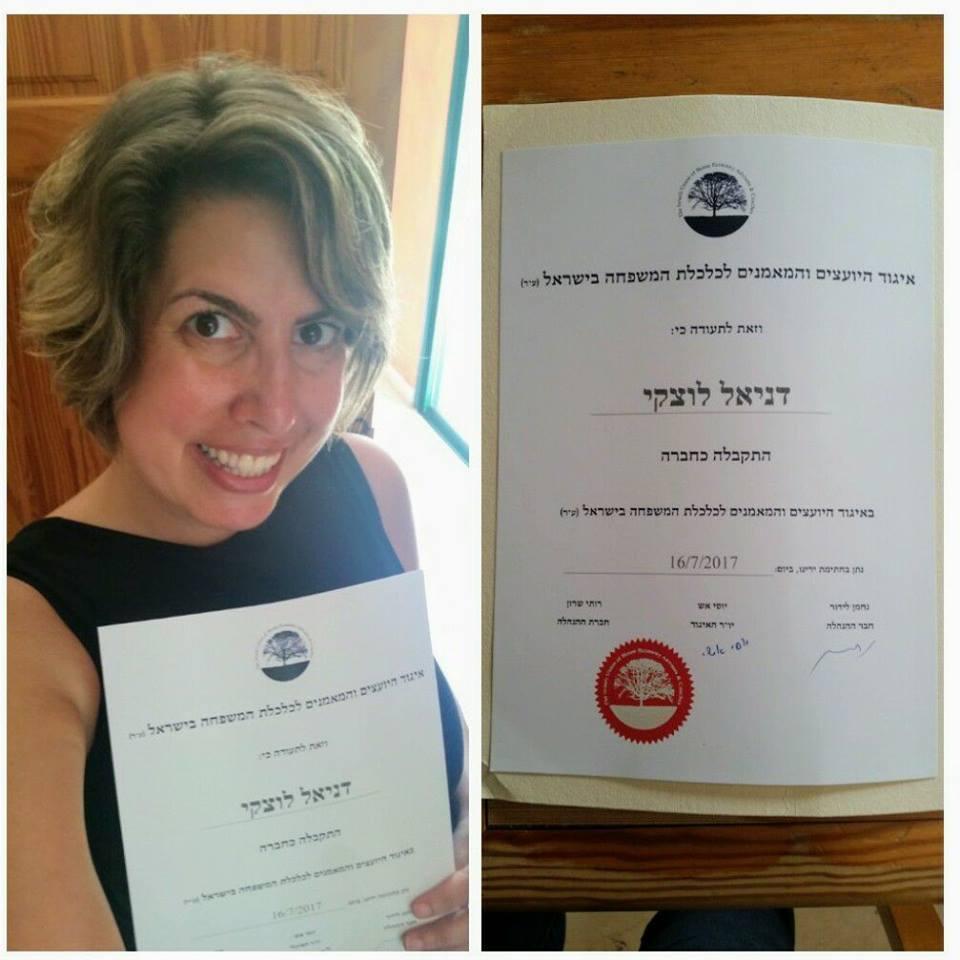 מתרגשת בקבלת תעודת החברות באיגוד היועצים והמאמנים לכלכלת המשפחה בישראל
