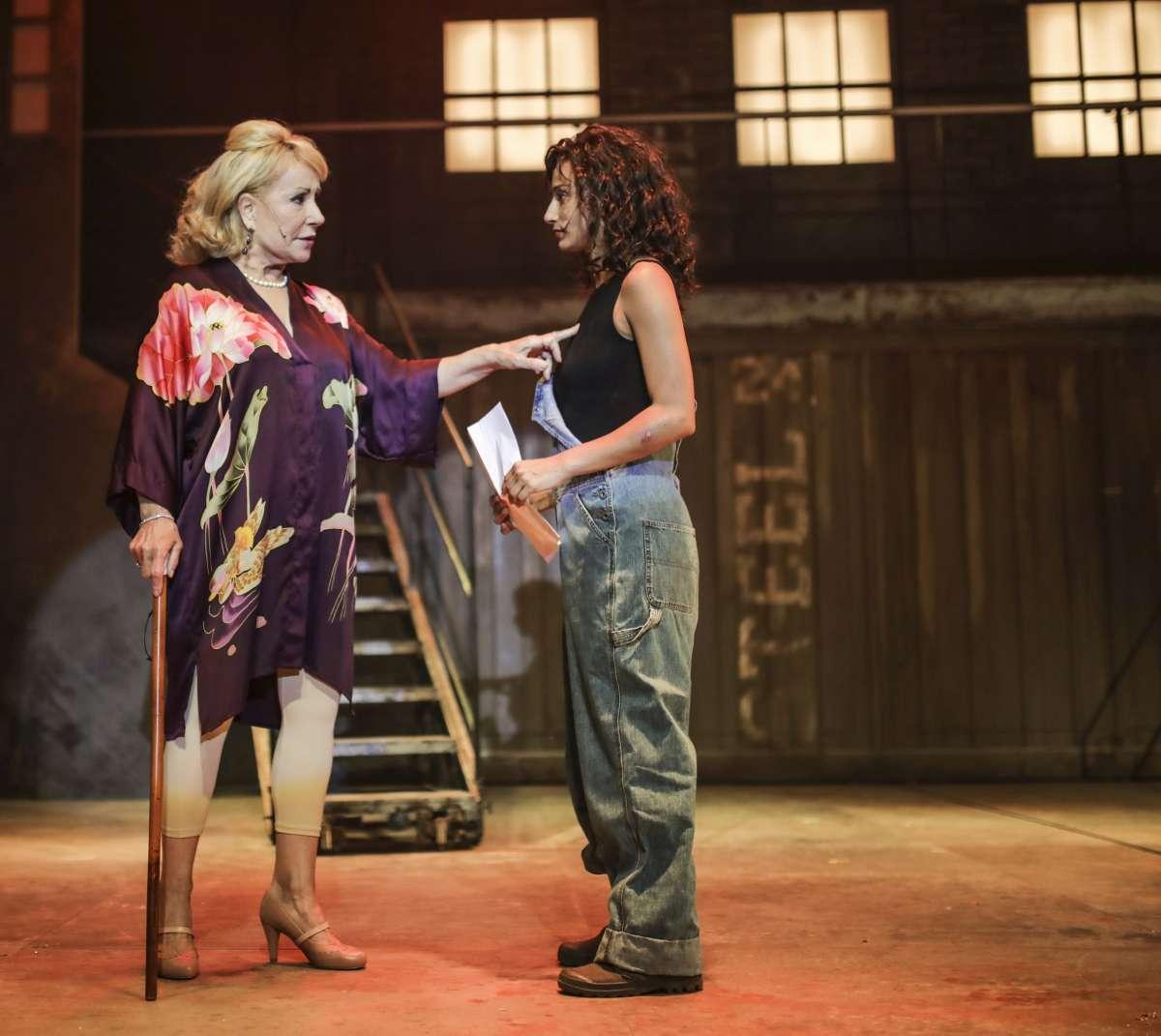 המחזמר פלאשדאנס: ריקי גל בתפקיד המורה המיתולוגית/ צילום אור דנון