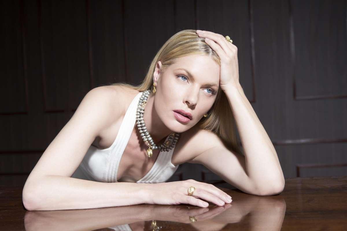Gray pearl necklace pendant 18 carat gold,tovi farber photo Guy Kushi and Yariv Fine  11700 ILS