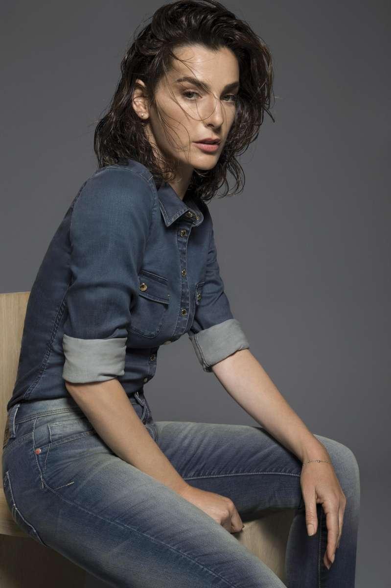 גולברי חולצה 299.90 ₪  מכנסי ג'ינס 359.90 ₪ צילום יניב אדרי (Custom)