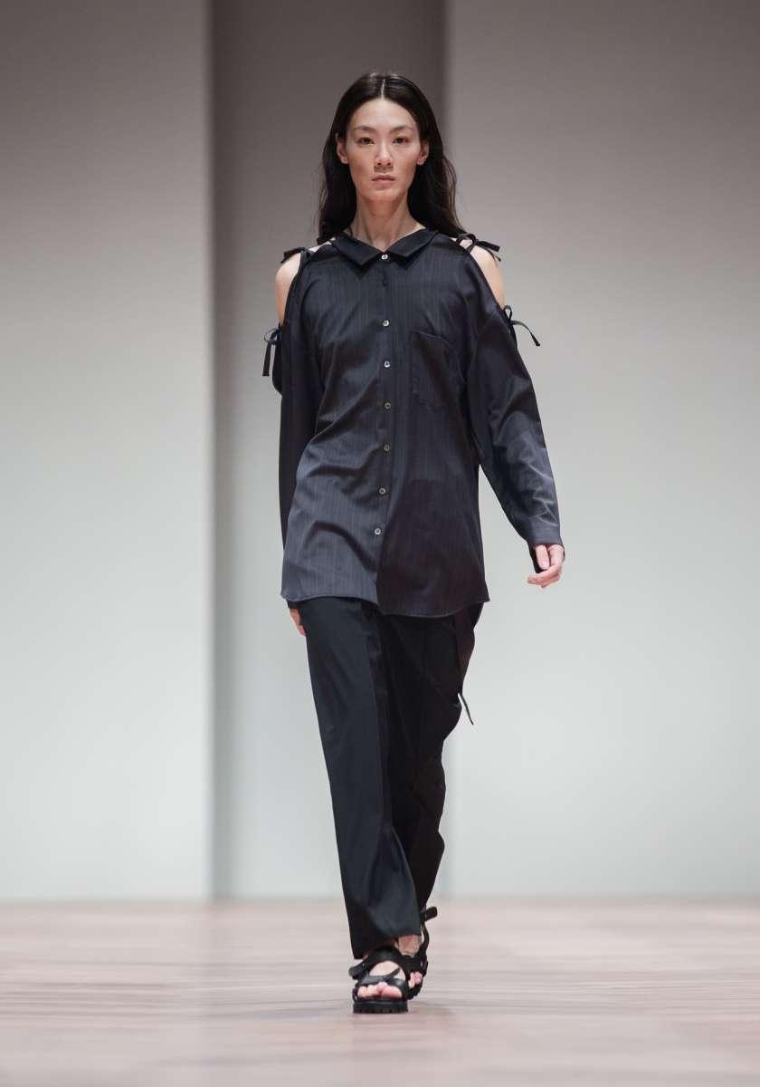 המותג JNBY לבוטיק INN7 חולצה שחורה מחויטת כתפיים חשופות 740שח מכנסיים שחורים  מתרחבים 950שח צילום יחצ חול