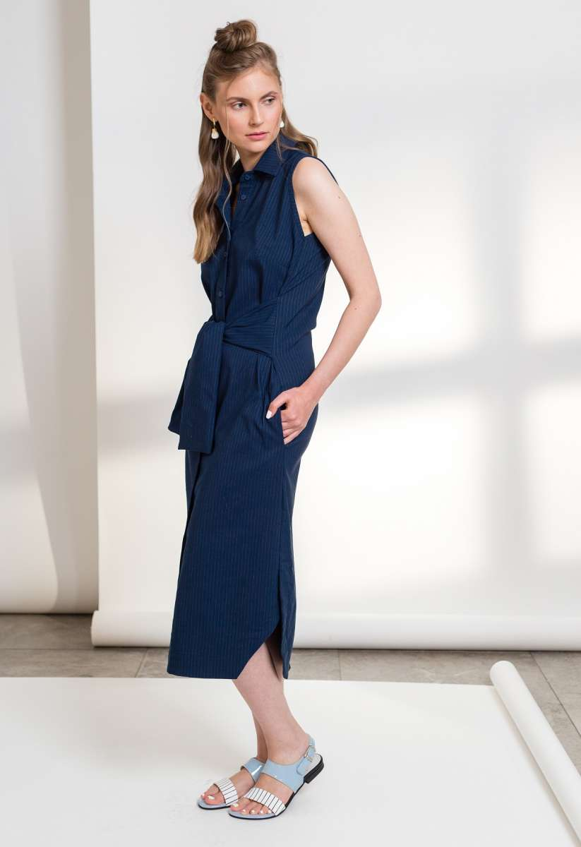 פזית קידר שמלה כחולה פסי סיכה בשילוב קשירה 750שח צילום ליאור קסון