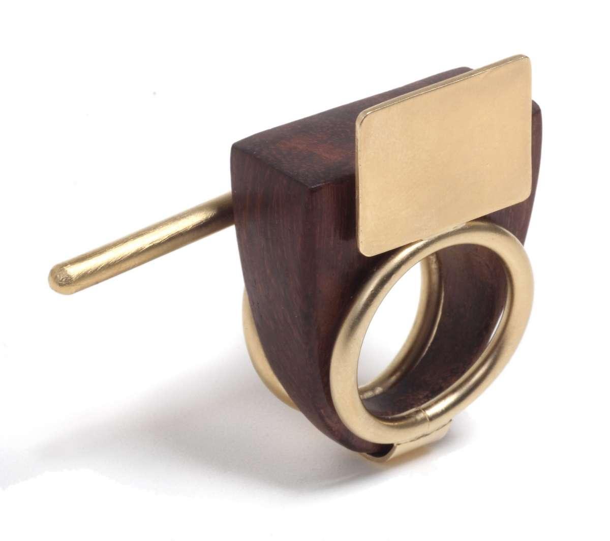 פזית קידר טבעת טריו בעיצוב אורבני בשילוב עץ פליז ציפוי זהב 24 קארט 469שח צילום יחצ