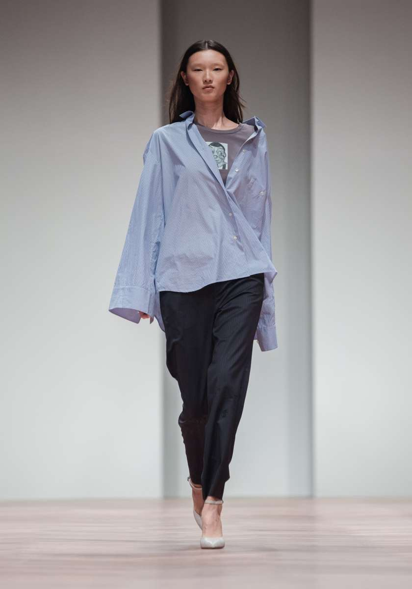 המותג JNBY לבוטיק INN7 חולצת פסים כחול לבן 670שח מכנסיים מחויטים  780שח צילום יחצ חול