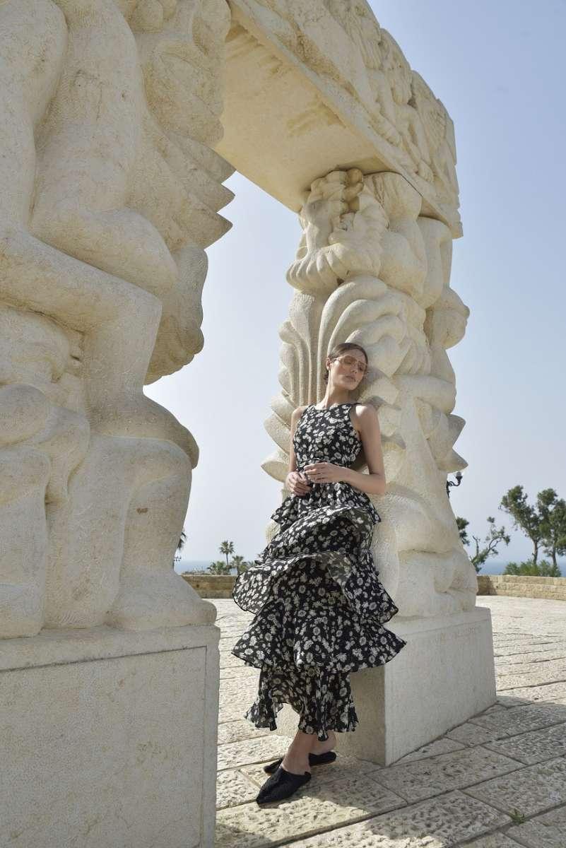 דנה סידי שמלת קומות פרחונית 950 שח צילום אביב אברמוב