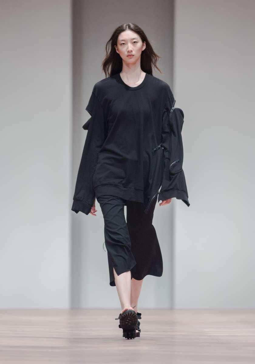 המותג JNBY לבוטיק INN7 חולצה שחורה כותנה 600שח מכנסיים מתרחבים שבע שמניות 750שח  צילום יחצ חול