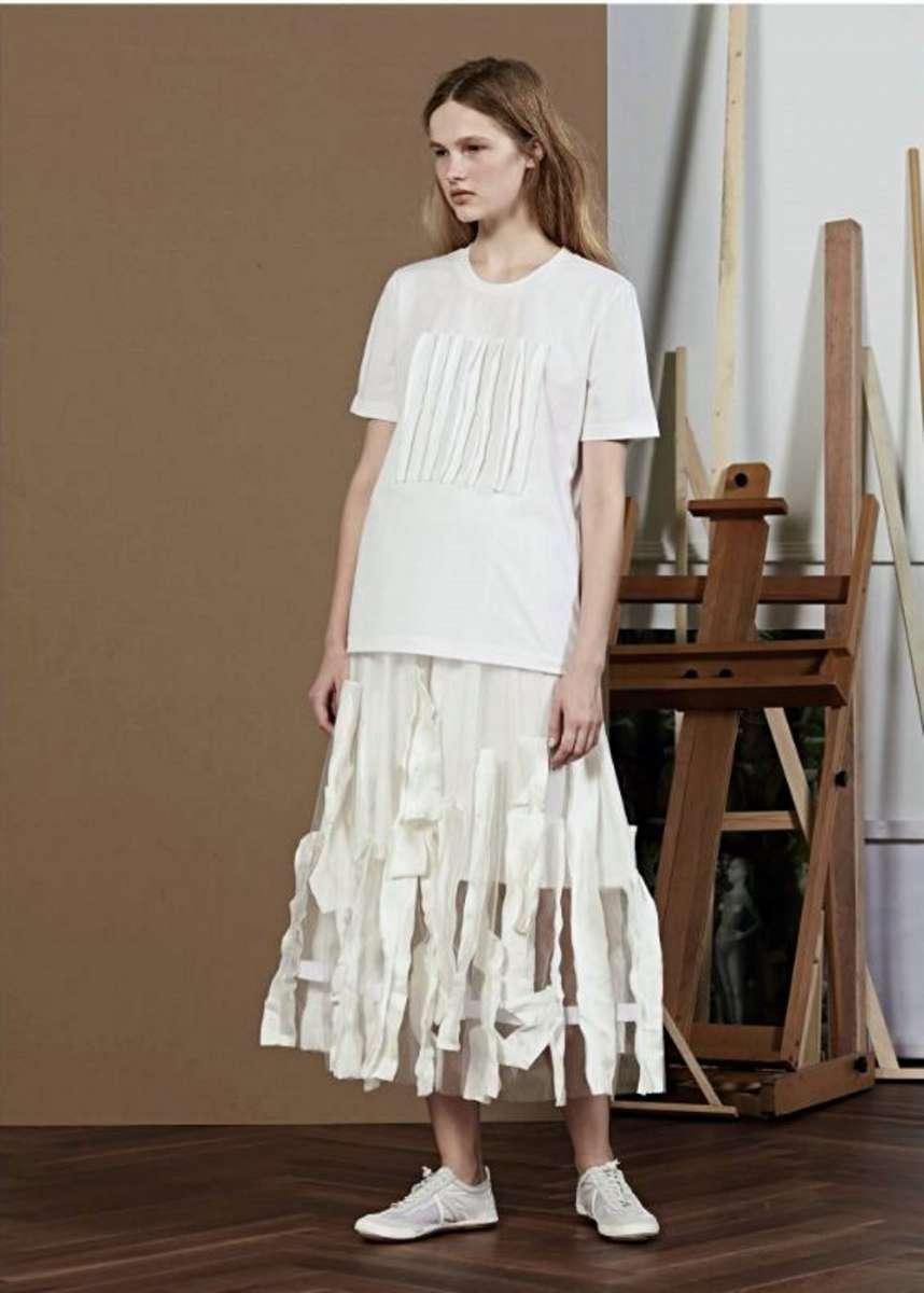 המותג JNBY לבוטיק INN7 טי שירט לבנה 450שח חצאית לבנה 1743שח  צילום יחצ חול