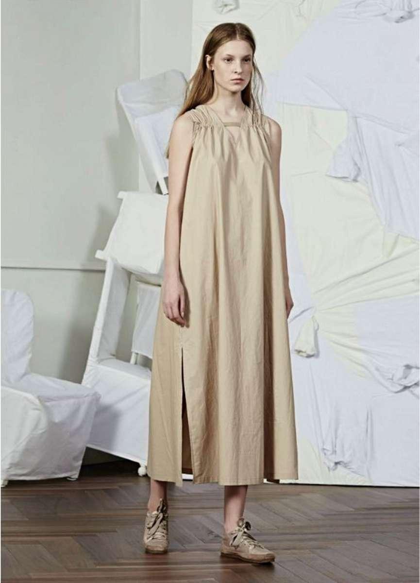המותג JNBY לבוטיק INN7 שמלת אוברסייז כאמל 410שח צילום יחצ חול