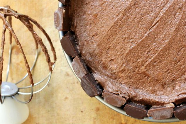 מוס שוקולד מריר לחלק העליון של העוגה (צילום: הגרגרנית)