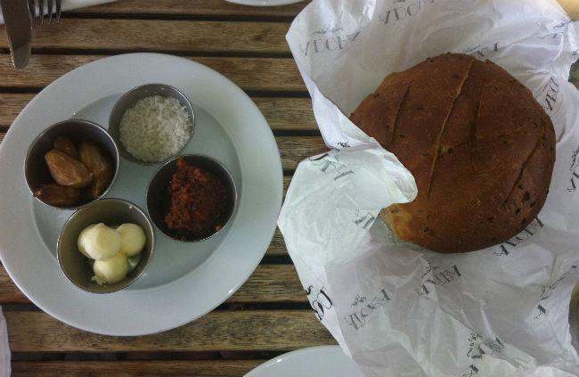 לחם שאור ומטבלים מצוינים (צילום: רעות חוצה)