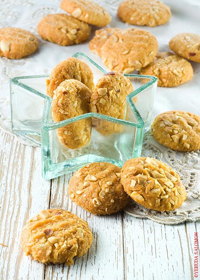 עוגיות קארי פרמזן בציפוי קוקוס ובוטנים. צילום: יהודה סלומון