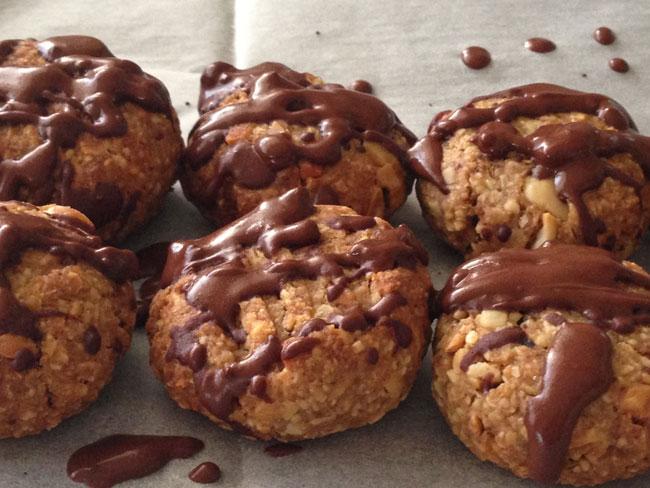 עוגיות בוטנים פריכות עם נטיפי שוקולד. צילום: גלית שלגי