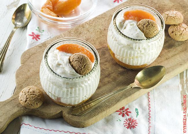 קרם מסקרפונה ואמרטי על מצע אפרסקים צלויים. צילום: יהודה סלומון