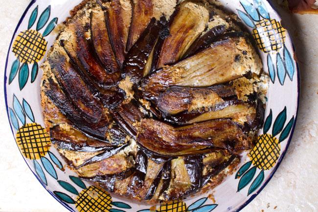 """מאפה חצילים, גבינה מלוחה ופירורי לחם שיפון. צילום: יח""""צ"""