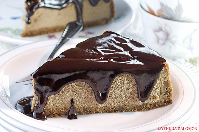 עוגת גבינה בטעם מוקה עם ציפוי שוקולד. צילום: יהודה סלומון