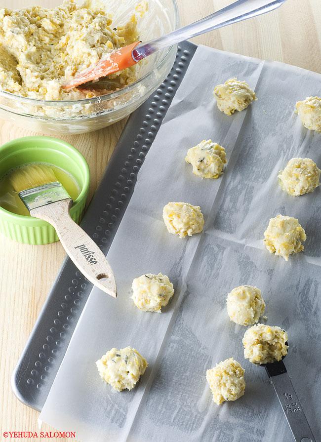 עוגיות גבינה וקורנפלקס של דנית סלומון - ההכנה. צילום: יהודה סלומון