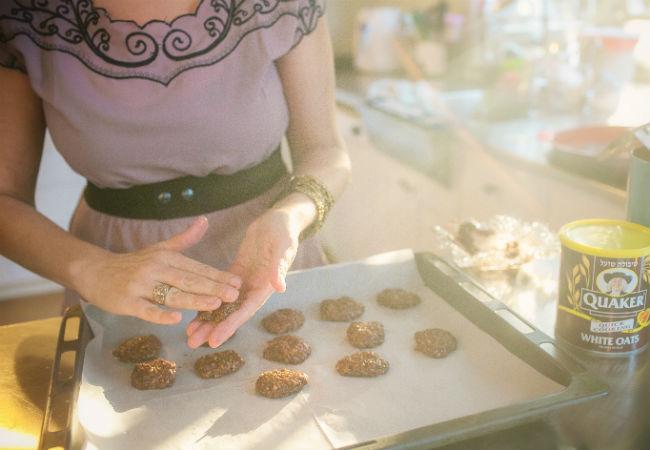 כך מכינים את העוגיות (צילום: עדי הלמן)