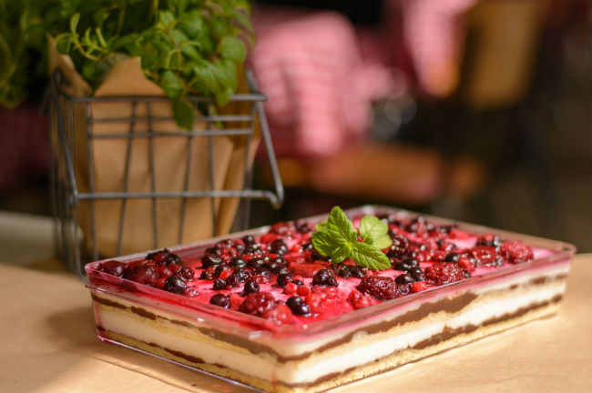 שבועות. עוגת גבינה עם קולי פירות יער של חמדה. צילום: יחצ