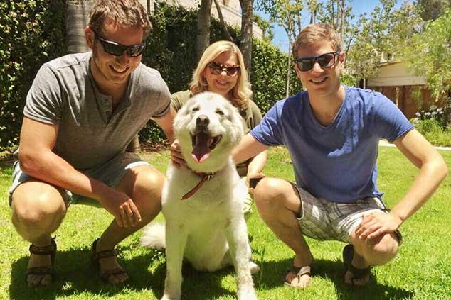 משפחת נתניהו עם הכלבה המאומצת קאיה. צילום מתוך פייסבוק