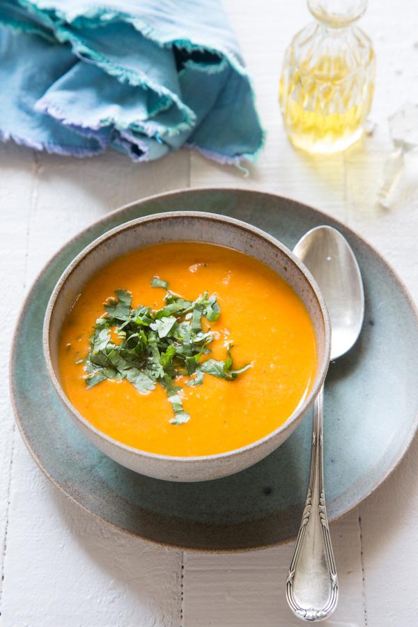 מרק עגבניות וחלב קוקוס. צילום: לימור תירוש