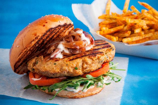 המבורגר מבשר סרטנים והצ'יפס הכי טוב בעיר. צילום:אפיק גבאי