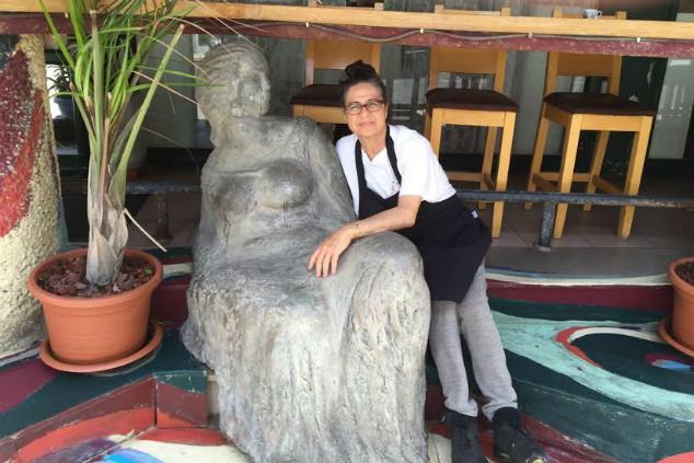 משלבת אוכל ואמנות. ניצה ופסל בבוקצ'ו (צילום: נסטור אפלבאום)
