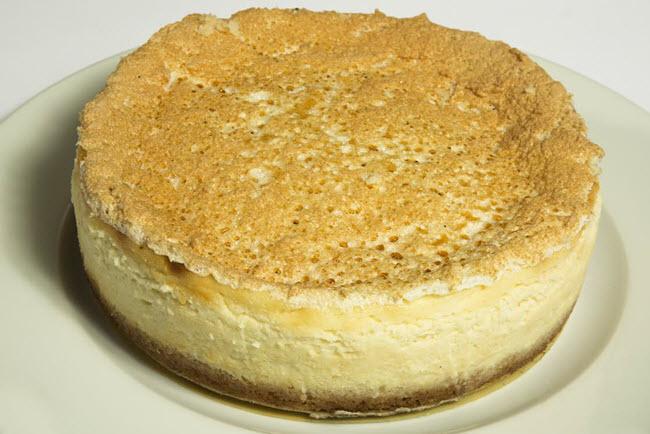 עוגת גבינות אפויה קלאסית ועשירה של דגנית שוחט (צילום:  רועי שוחט)