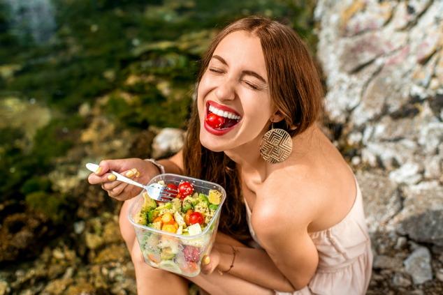 בחורה אוכלת מזון בריאות