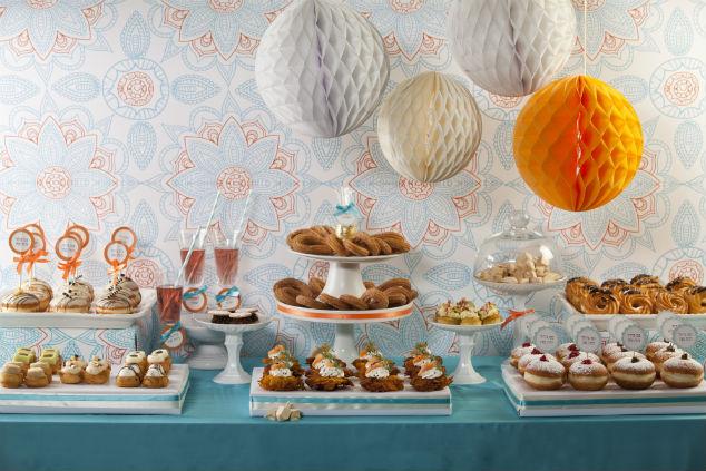 שולחן פינגר פוד לחנוכה – כל סיבה טובה למסיבה (צילום: קאנאפ'ס, עיצוב: קרן יפרח)