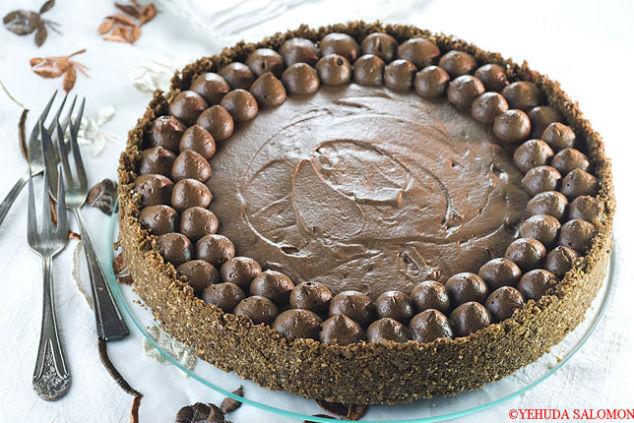 פאי חמאת בוטנים, דבש וקצפת שוקולד שנראית כמו פאר היצירה אבל בפועל כל כך קלה (צילום: יהודה סלומון)