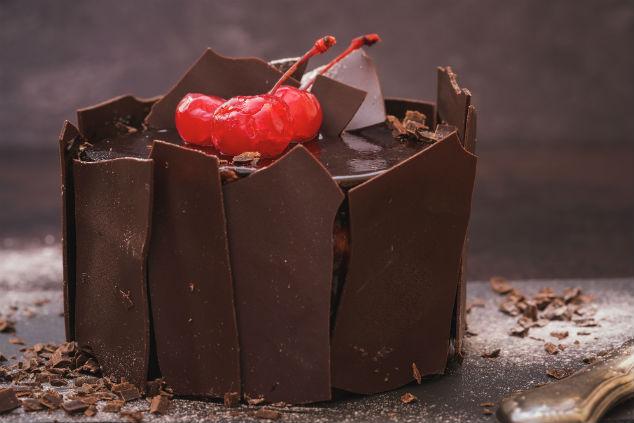 גנאש שוקולד מאחורי, מצדדי, מעלי ובתוכי (צילום: שאטרסטוק)