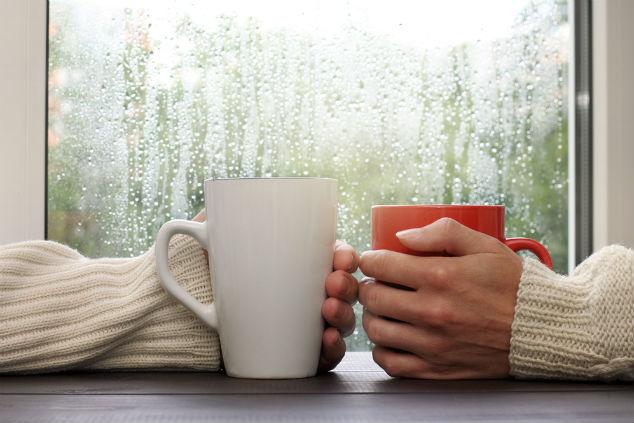 חורף, גשם ושוקו (צילום: שאטרסטוק)