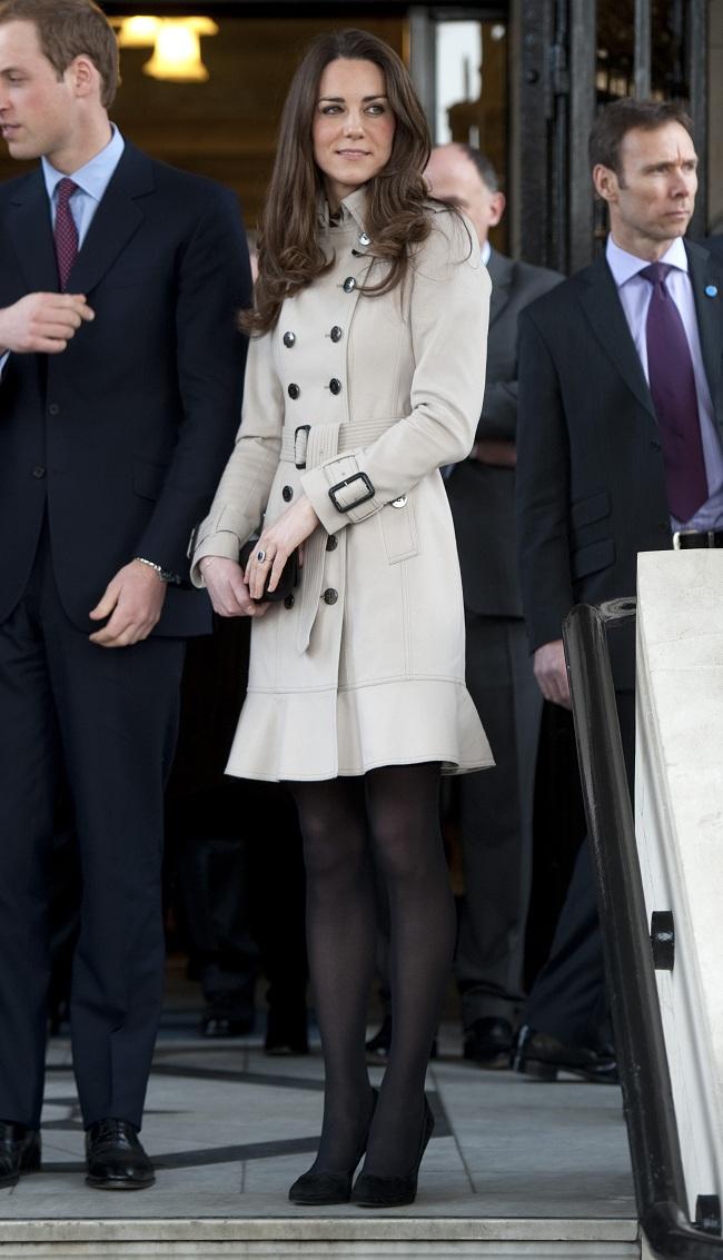קייט מידלטון ידועה בחיבתה למעילי הטרנץ': מושלמת עם נעלי עקב וחצאית (צילום: Getty)