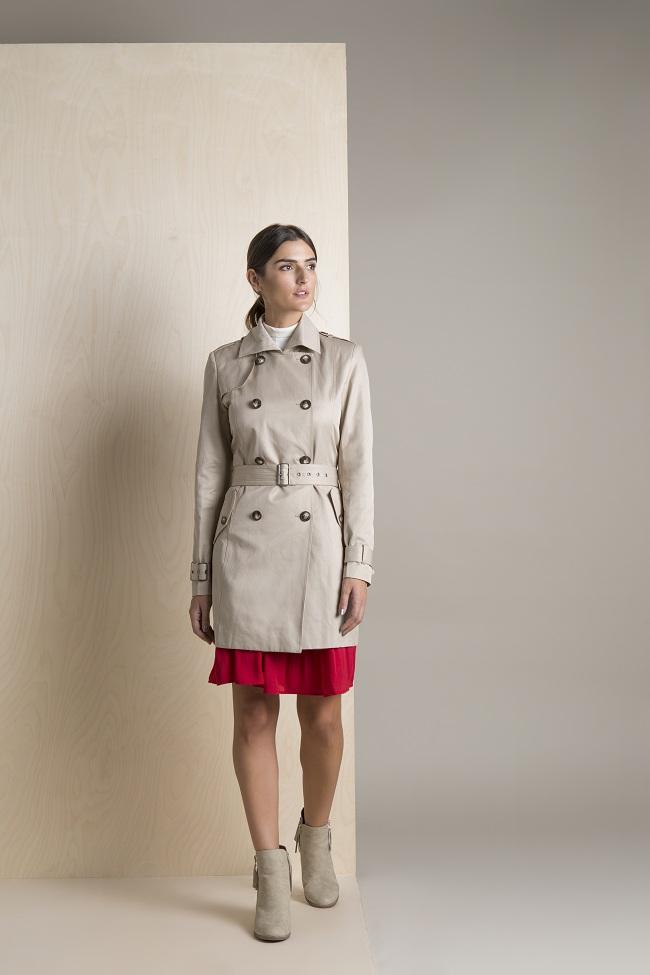 כך תלבשי את זה נכון: מעיל טרנץ' עם חצאית (צילום: אופנת גולף)