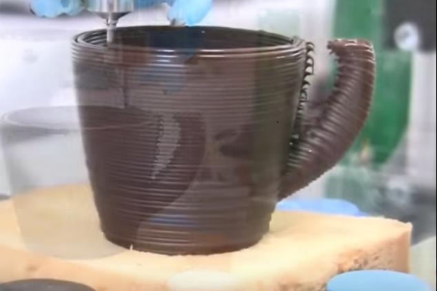 הדפסת ספל (צילום מסך מתוך סרטון הוידיאו)