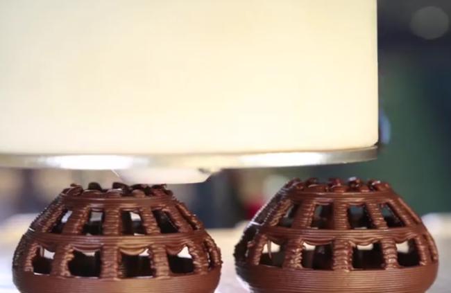 צורות גיאומטריות חלולות - מתוך סרטון הדגמה של מדפסת השוקולד של הרשיז (צילום מסך)