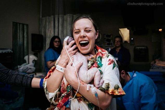 תחרות צילומי לידה אשה מחזיקה תינוק