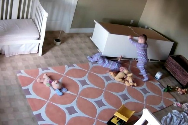 ילד ואחיו עם הארון