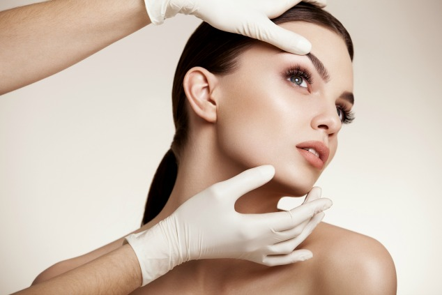 פנים של אשה לפני ניתוח