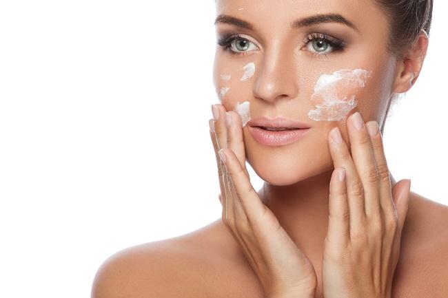 נשים רבות להן עור שמן חושבות שאינן זקוקות ללחות מאחר והשומן הטבעי של העור הוא מספיק (צילום: Shutterstock)