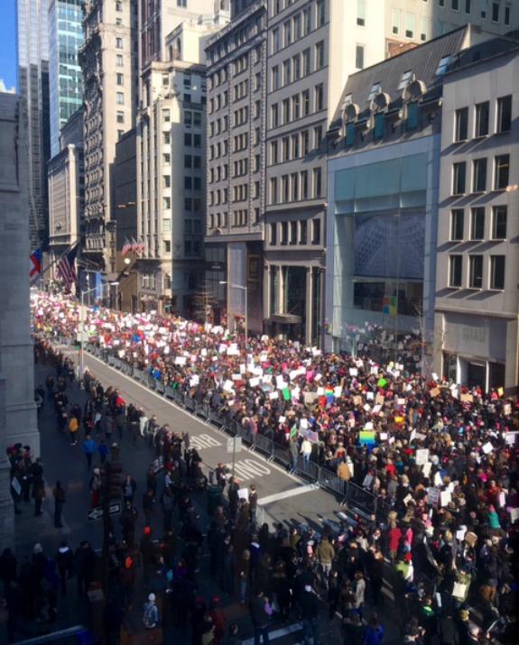 נשים צועדות במחאה