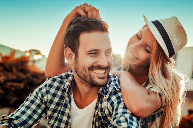 זוג אוהב עם כובע בחוץ